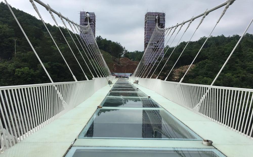 Новое чудо света в Китае: инженеры создали самый длинный мост из стекла