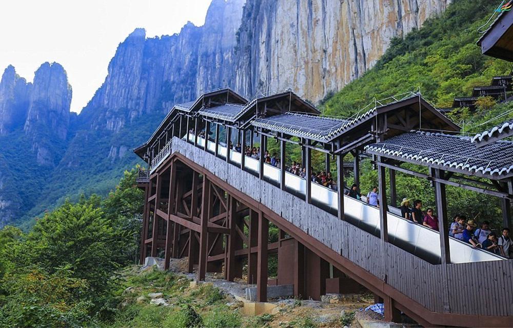 Самый длинный в мире эскалатор в каньоне Эньши, Китай