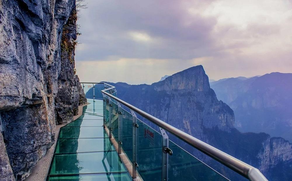 Стеклянная тропа страха на горе Тяньмэнь
